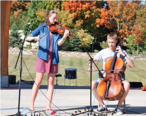Elizabeth and Ben Anderson play Scottish tunes on the bandstand.